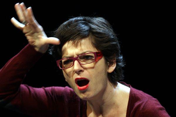 En 1993, le grand public découvre la langue des signes grâce à Emmanuelle Laborit. Elle est la première comédienne sourde à obtenir le Molière de la révélation théâtrale (photo : MAXPPP / T. Gachon)