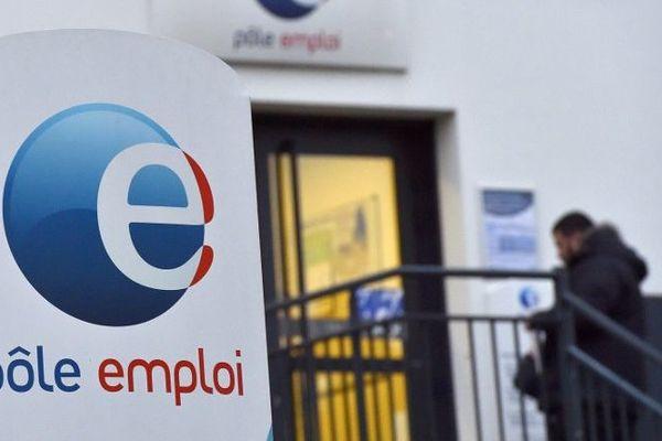 Dans les Alpes-Maritimes, vous êtes69 580 demandeurs d'emploi sans activité, 13 120 en activité réduite, 21 610 en activité longue. Dans le Var, vous êtes 61 730 demandeurs d'emploi sans activité, 12 850 en activité réduite, 22 210 en activité longue.