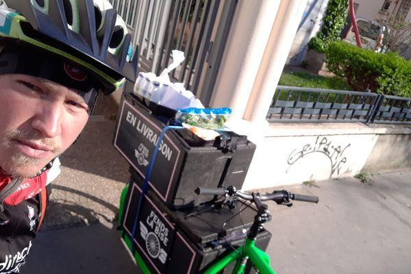 Pierre, coursier de métier, propose ses talents de cycliste en ces temps de confinement