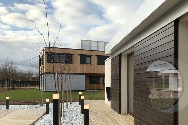 Les maisons du futur de Bezannes sont assez proches les unes des autres. Depuis la terrasse de la maison Asie on aperçoit la façade de la maison Europe.