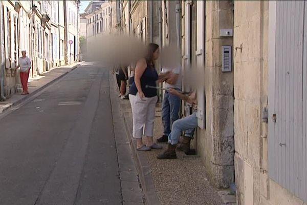 Rue de Verdun, à Saint-Jean-d'Angély (17), le dialogue avec des marginaux est compliqué.