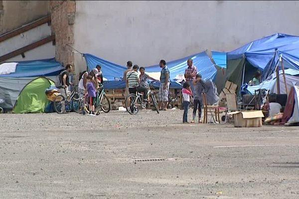 Depuis plusieurs semaines, des migrants se sont installés sur un parking de la ville de Mâcon en Saône-et-Loire