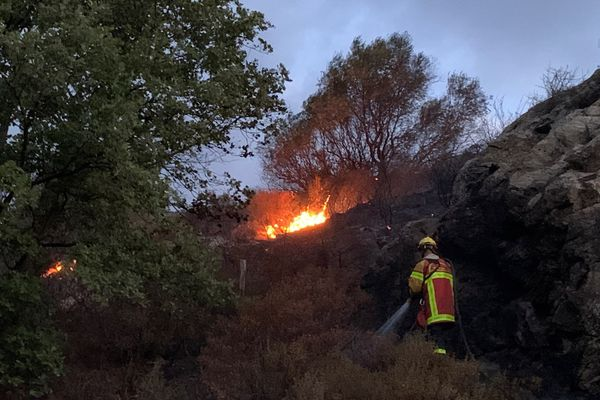 D'importants moyens sont mobilisés pour circonscrire l'incendie.