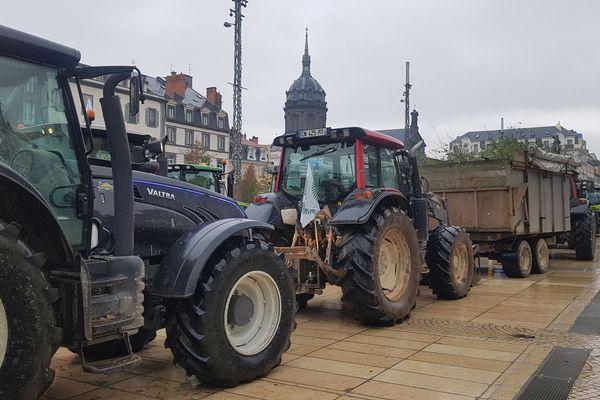 Mardi 22 octobre, 200 tracteurs ont investi la place de Jaude à Clermont-Ferrand.