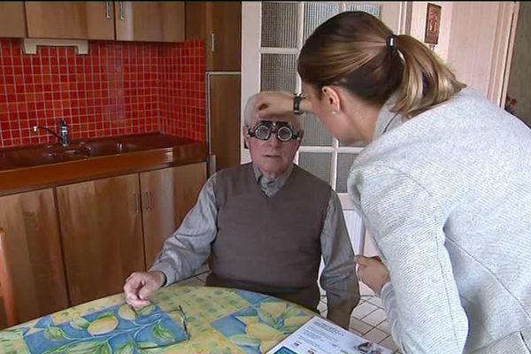 Oriane Maurer, opticienne à domicile, ici lors d'une visite chez Fernand Lecomte à Tuffé (72)