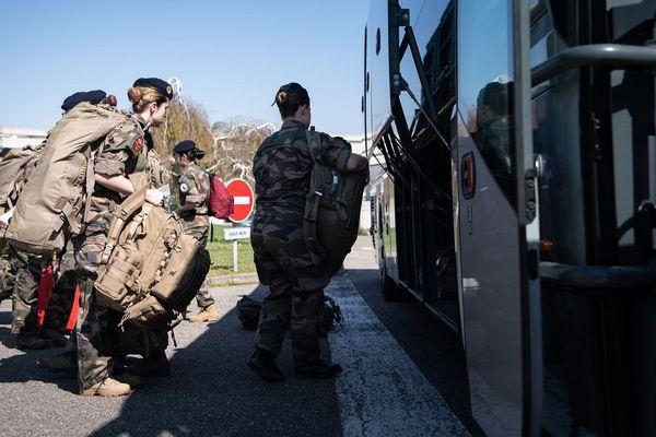 Des élèves praticiens (médecins, pharmaciens, aides-soignants et médecins) partent en renfort dans les hôpitaux militaires de toute la France.