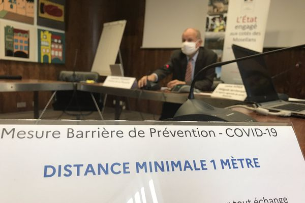 Le préfet de Moselle, Laurent Touvet, annonce un renforcement des mesures, lors d'une conférence de presse.