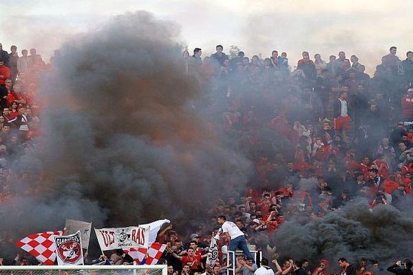 Les supporteurs des Crocos en délire, et enfumés, au Stade des Costières, à Nîmes, lors du match de L2 contre Lens, gagné 4 buts à 2 - avril 2016.