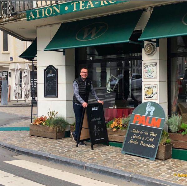 "Elisio Gaspar, devant son restaurant le ""Windsor""."