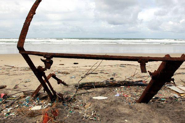 Une plage d'Hourtin, en Gironde, souillée par des déchets ramenés par une tempête hivernale