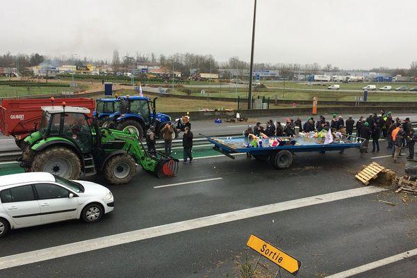 Plusieurs dizaines d'agriculteurs en colère continuent de bloquer l'A20 dans les deux sens de circulation.