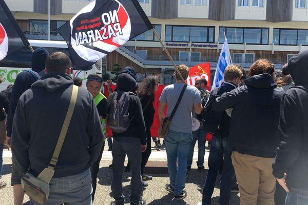 Les manifestants protestent contre la venue d'élus du RN à La Rochelle ce week-end.