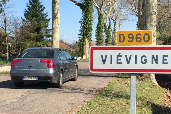 Le village de Viévigne, en Côte-d'Or, est à 21 km de Dijon et à 10 km du TER.