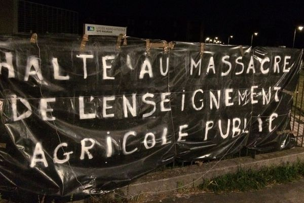 Une banderole devant le lycée agricole de Blanquefort en Gironde déposée par les enseignants pour interpeller sur le projet de loi apprentissage en cours