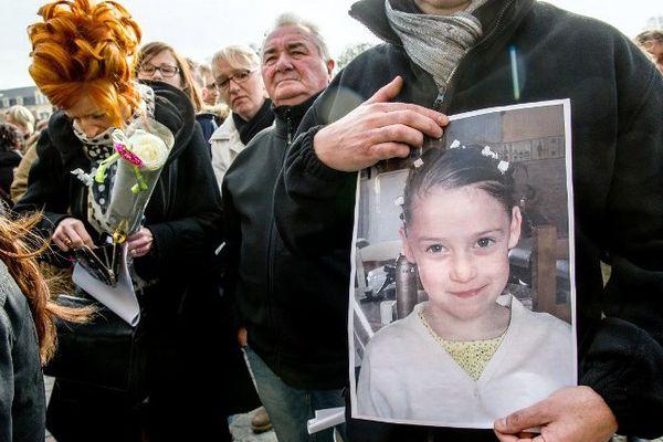Une première marche blanche à la mémoire de Chloé a rassemblé 5.000 personnes à Calais