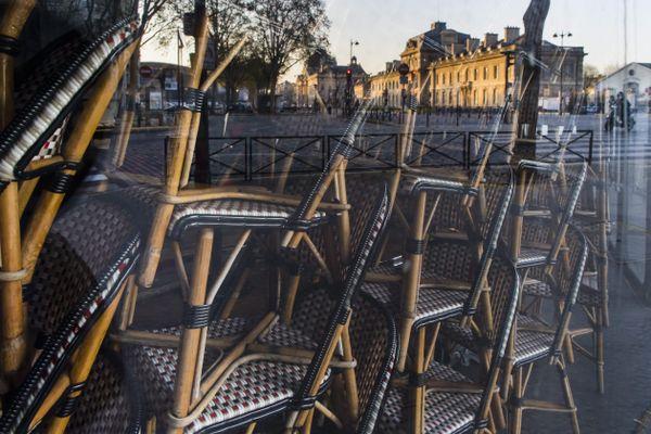 Des chaises empilées dans une brasserie parisienne, le 5 avril dernier (illustration).