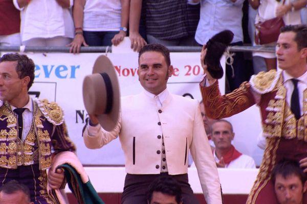 Le triomphe de Daniel Luque et Rafaelillo devant les toros de Pedraza (le mayoral est entre les deux toreros). C'était à Dax en août dernier.