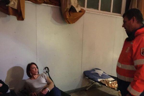A Limoux (Aude), les bénévoles de la protection civile rassurent les sinistrés.