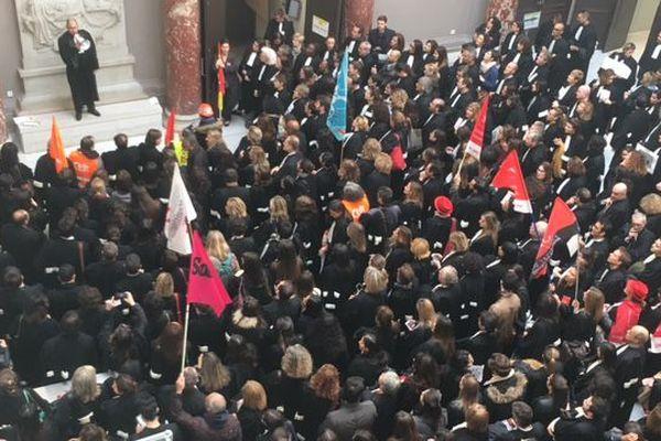 Dans la grande salle du palais de justice, à Marseille