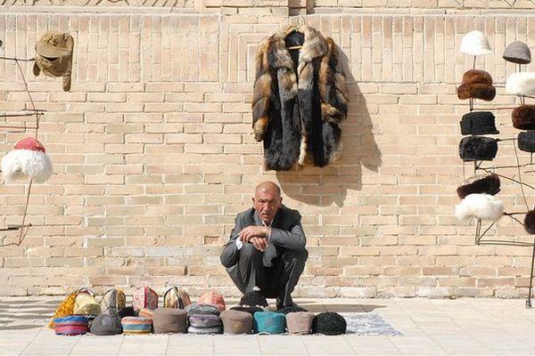 Marchand de chapeaux (Boukhara, Ouzbékistan)