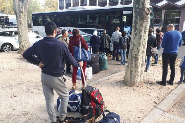 Trois bus ont été mis en place pour procéder à l'évacuation des migrants de la place du 1er mai, à Clermont-Ferrand.