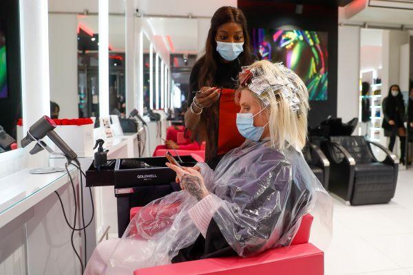 """""""Les coiffeurs pourront rester ouverts"""" dans les 16 départements concernés, annonce le porte-parole du gouvernement."""