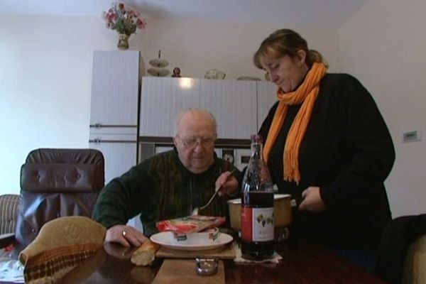 Intervention à domicile auprès d'une personne âgée (photo d'illustration)