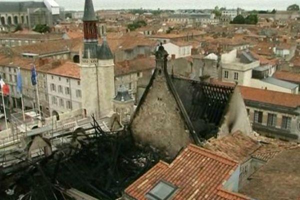 La charpente de l'Hôtel de ville a été complètement détruite par le feu.