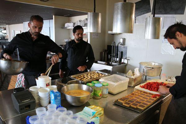Guillaume Brisard, chef au Skipper à Saint-Nazaire, Donatien Sahagun-Mencias chef et Hendrick Gervier, second cuisinier au Chateau des Tourelles de Pornichet. Trois chefs solidaires de la presqu'île.