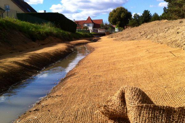 Le réaménagement de berges comprend un redimensionnement du lit de la rivière ainsi que la pose d'un géotextile en fibres de coco avant toutes les plantations prévues.