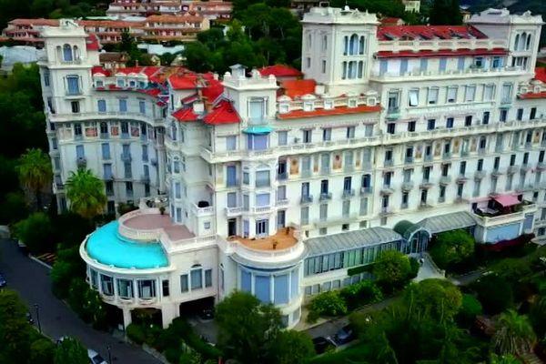 La façade de l'hôtel Riviera à Menton, composée de 10 étages