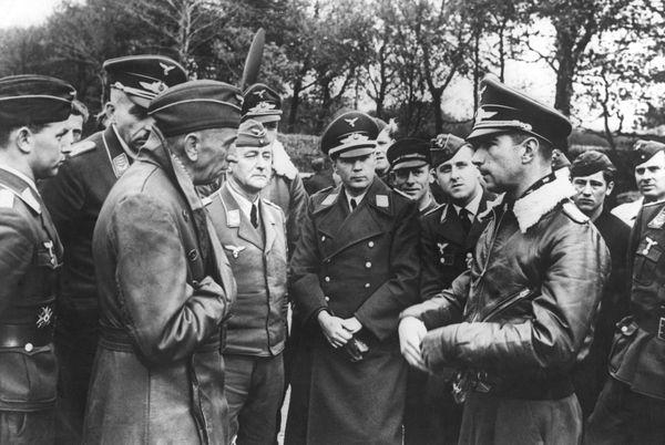 Theo Osterkamp (à gauche) en discussion avec l'as allemand Werner Mölders en novembre 1940.