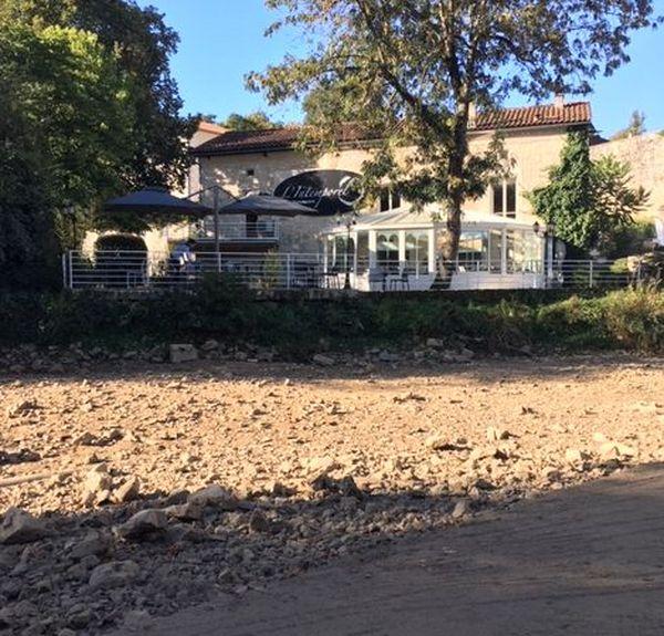 La terrasse de ce restaurant au bord de l'eau a perdu sa vue imprenable sur la Tardoire.