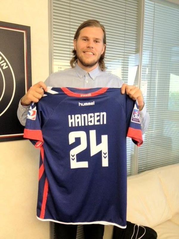 Mikkel Hansen et son nouveau maillot du Paris Handball.