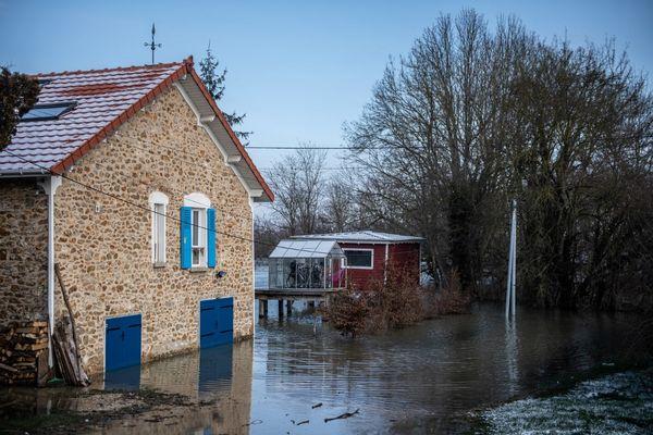 Une maison sous l'eau à Condé-Sainte-Libiaire (Seine-et-Marne) jeudi 10 février.