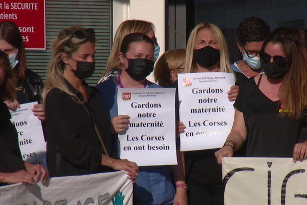 Manifestation devant la maternité de Maymard, le 4 mai dernier