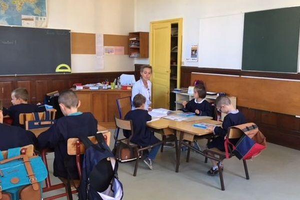 Les 7 élèves dans la salle de classe unique de l'école de la Sainte-Enfance à Aloxe-Corton