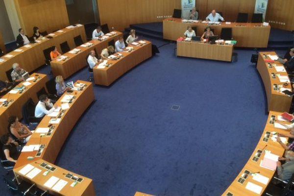 Le conseil départemental de Charente-Maritime, présidé par Dominique Bussereau, a signé une motion commune avec celui de Vendée pour s'opposer à l'abandon de l'A831.