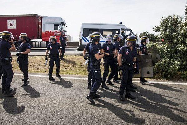 """Le syndicat de police a écrit à Bernard Cazeneuve pour dénoncer la """"situation explosive"""", dressant un état des lieux accablant et au vitriol sur le site du tunnel sous la Manche."""