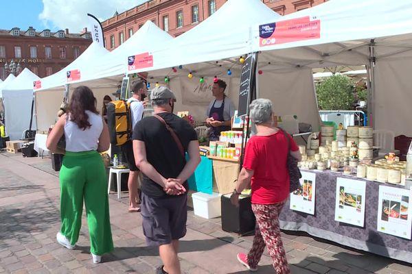 Le marché de plein-vent de producteurs locaux se tient ce week-end sur la place du Capitole à Toulouse. Deux nocturnes sont organisées vendredi et samedi jusqu'à 23 heures. 9 juillet 2021.