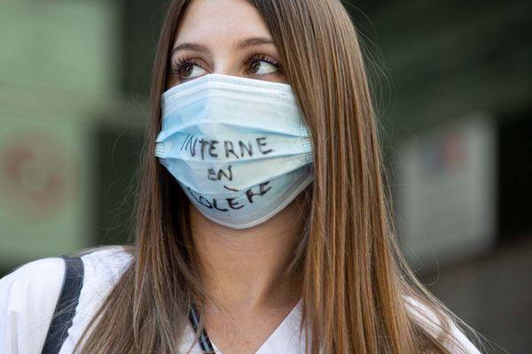 Une interne en médecine, lors d'un rassemblement devant le ministère de la Santé contre le Ségur de la santé, le 9 juillet 2020.