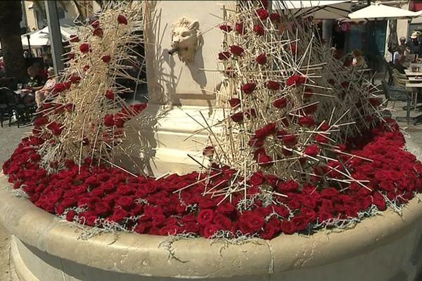 La fontaine de la place de Lattre de Tassigny décorée pour le weekend.