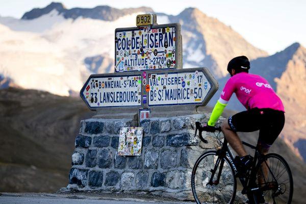 Un cycliste au col de l'Iseran en Savoie, image d'illustration.