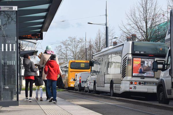 Une mère et ses enfants, à l'arrêt de tram. La ligne B a été inaugurée en 2012.