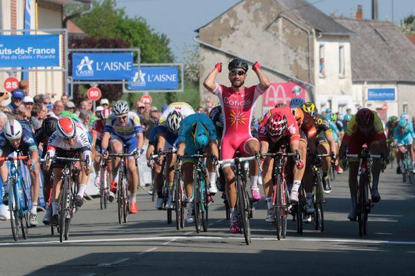 Nacer Bouhanni, vainqueur du dernier Tour de Picardie, à l'arrivée de la première étape le 13 mai 2016 à  Chaumont-en-Vexin dans l'Oise.
