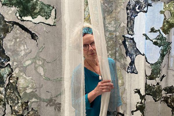 """L'artiste Béatrice Chanfrault lors de l'installation de son oeuvre """"L'Aube désertée"""" au Chameau à Châteauvillain, Haute-Marne."""