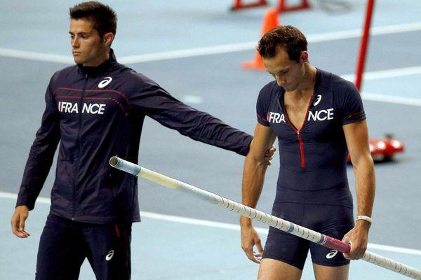 Visages graves pour Valentin et Renaud Lavillenie pendant la finale du saut à la perche
