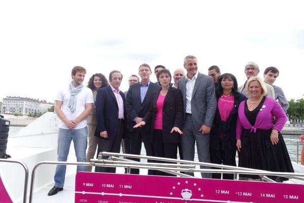 Sur la péniche qui va parcourir le Rhône, Vincent Peillon , Sylvie Guillaume et les candidats de la liste socialiste aux élections européennes