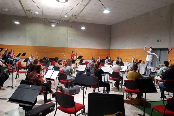 Masqués et à bonne distance, les musiciens de l'OUP sont accueillis dans la salle de répétition de l'Harmonie Saint-Pierre, à Amiens. Ici, Luc Bonnaillie dirige l'orchestre.