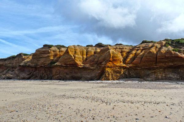 Il y a quelques centaines de milliers d'années, un fleuve s'écoulait à l'emplacement actuel de la falaise de la Mine d'Or. Les sédiments déposés par le fleuve sont visibles sur le haut de la falaise.
